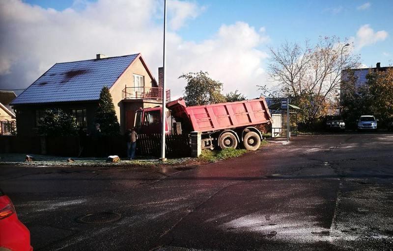 В Кохтла-Ярве из-за гололеда грузовик въехал во двор частного дома